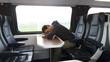 Mann schläft während Bahnfahrt