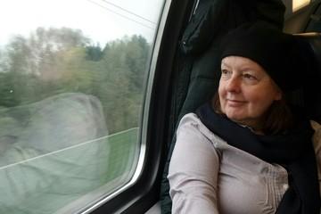 Frau fährt mit der Bahn