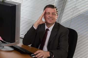 Homme au bureau joyeux