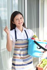 掃除をする笑顔の女性