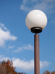 白くて丸い街灯