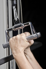 Bank Zugmaschine in Fitnessstudio mit Parallelgriff Stahl