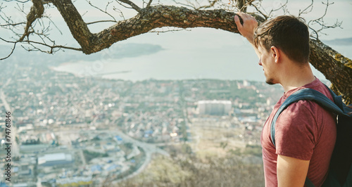 canvas print picture Traveler man looking at the city