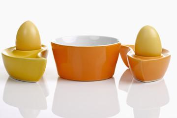 Ostern, Keramikschälchen, Ostereier, gefärbte Eier