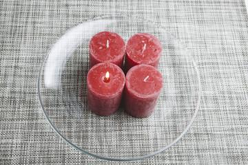 Minimalistischer Adventskranz, vier Kerzen auf Glasteller