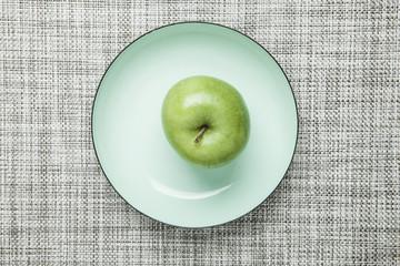 Grüner Apfel auf Teller