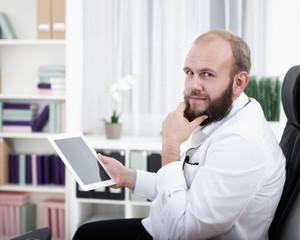 Portrait eines Arzt mit seinem Tablet Computer