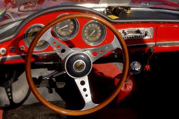 dettaglio interno automobile d'epoca in rosso
