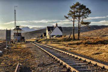 Sonnenuntergang an der Courror Eisenbahnstation in Schottland