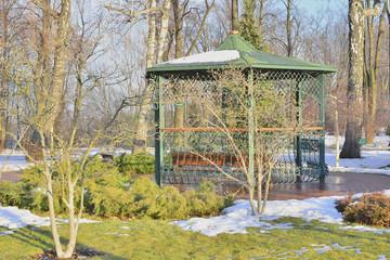 Беседка в зимнем парке