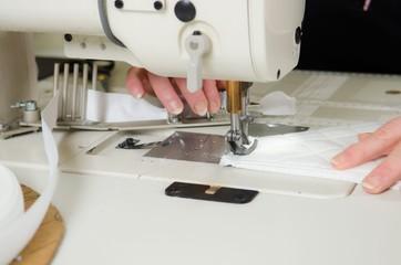 closeup nähmaschine mit stoff
