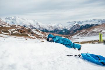 niño en la nieve tumbado