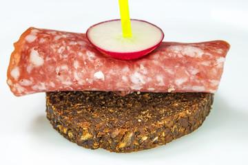 Pumpernickel mit Salami