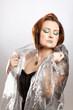 canvas print picture - Frau mit kräftigem Makeup hüllt sich in ein Tuch