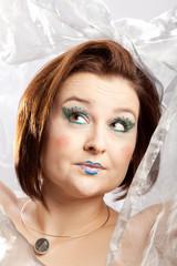 Prüfender Blick nach oben einer Frau mit lustigem Makeup