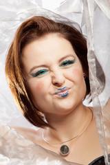 Frau als Clown geschminkt rümpft die Nase