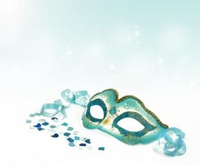 Karnevalsmaske freigestellt, mit blauem Bokeh