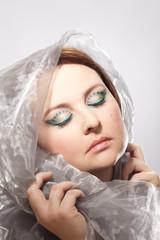 Glamourös geschminkte Augen einer Frau mit verhülltem Kopf