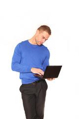 Junger Geschäftsmann mit Notebook