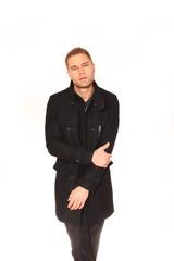 Mann mit schwarzem mantel