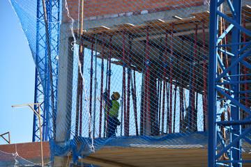 obrero trabajando en un edificio en construccion