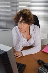 Femme en attente au travail