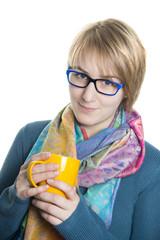 Mädchen mit Brille und Tasse in der Hand