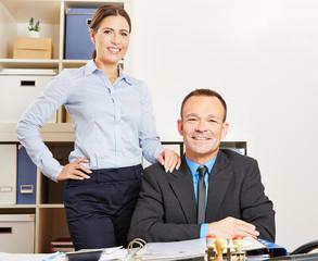 Frau und Mann im Büro am Schreibtisch