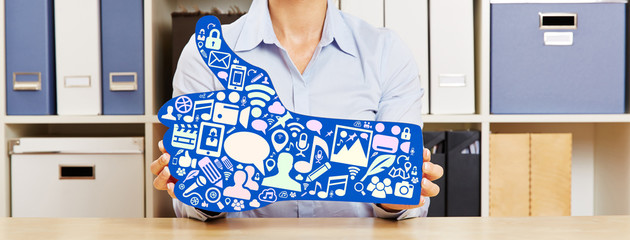 Frau hält Daumen hoch mit vielen App Icons