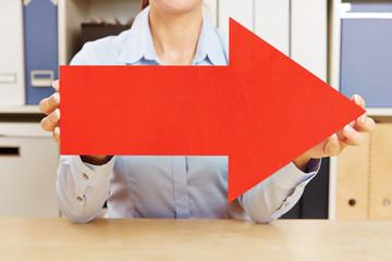 Hände halten roten Pfeil nach rechts