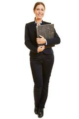 Lächelnde Geschäftsfrau mit Aktenordner