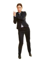 Geschäftsfrau lehnt sich an imaginäre Wand