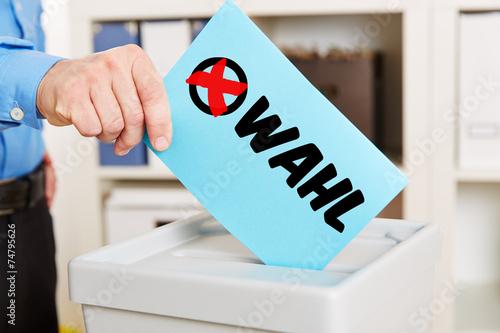Leinwanddruck Bild Stimmzettel zur Wahl mit Wahlurne