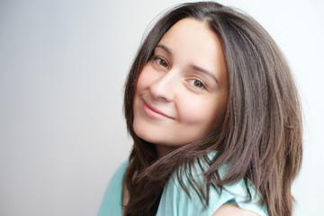 Портрет брюнетки с длинными волосами