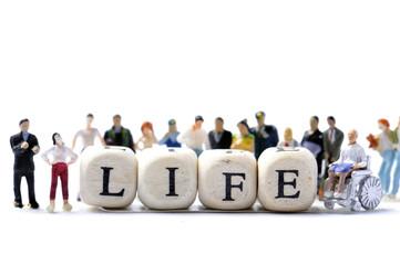 lifeという文字を囲む大勢の人々