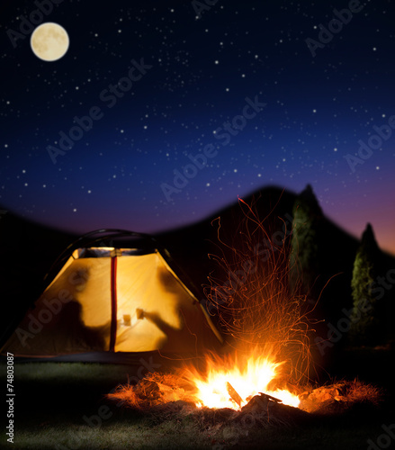 Tuinposter Kamperen Night camping in the mountains.