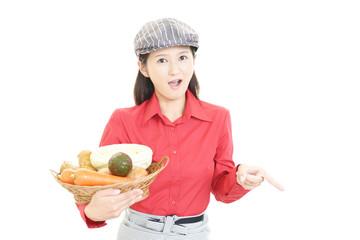 野菜を持つウェイトレス