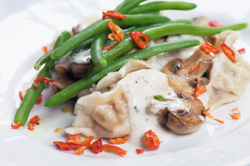 Green runner bean with mushrooms and noodles