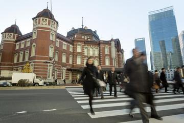朝の東京駅と会社に向かう人々 スローシャッター