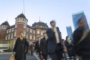 朝の通勤風景 東京駅と会社に向かう人々 スローシャッター