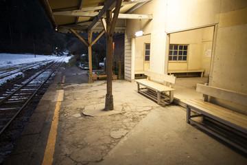 夜の駅のベンチ