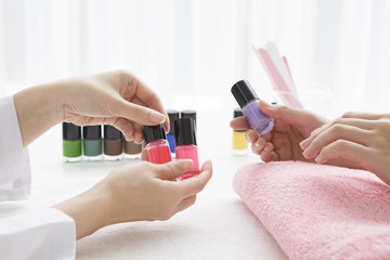 woman who chooses the color of the nail