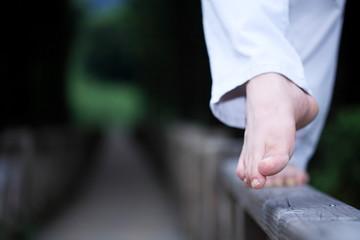 다리난간 위를 걷는 남자