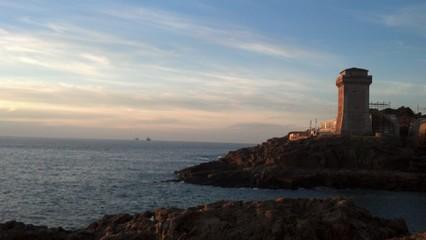 Tramonto alla torre sul mare