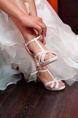 Bride fastening shoe