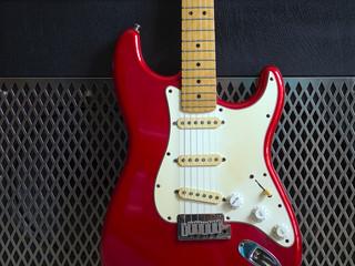 Chitarra elettrica rossa e amplificatore