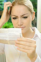 Frau liest Beipackzettel von Medikament