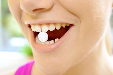 Patient mit Tablette im Mund