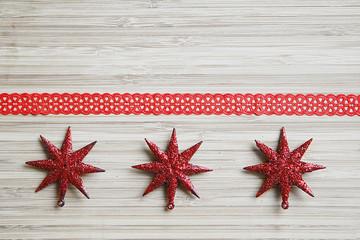 Rote Sterne mit Geschenkband