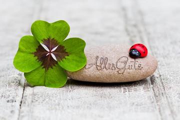 Glücksbringer mit Stein auf Holz, Alles Gute